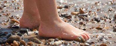 """俗语""""光脚的不怕穿鞋的""""中蕴含的养生..."""